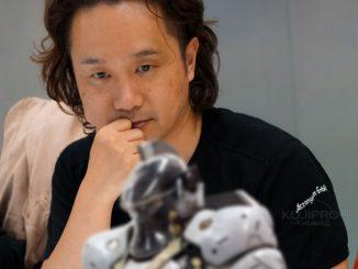 Yoji Shinkawa est fasciné par la figurine de Ludens, le 6 septembre 2017