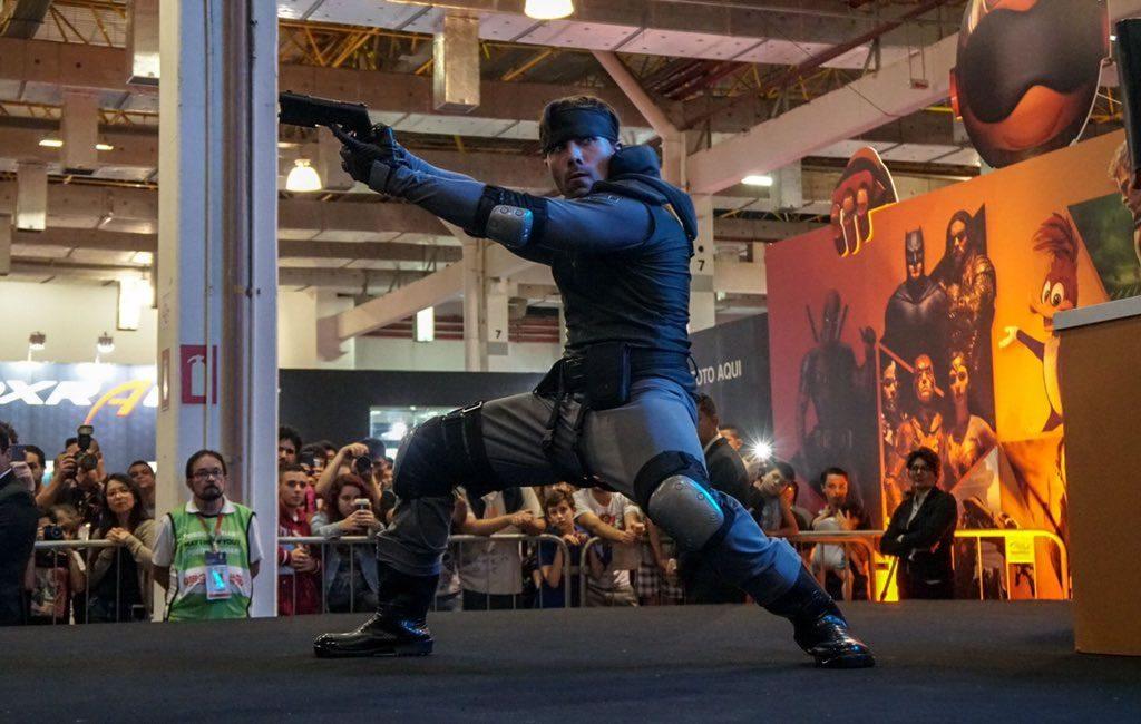 Hideo Kojima, membre du jury, lors d'un concours de cosplay au Brasil Game Show, le 13 octobre 2017