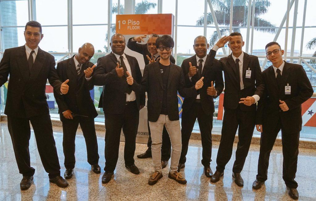Hideo Kojima et les membres de l'équipe de sécurité au Brasil Game Show, le 13 octobre 2017