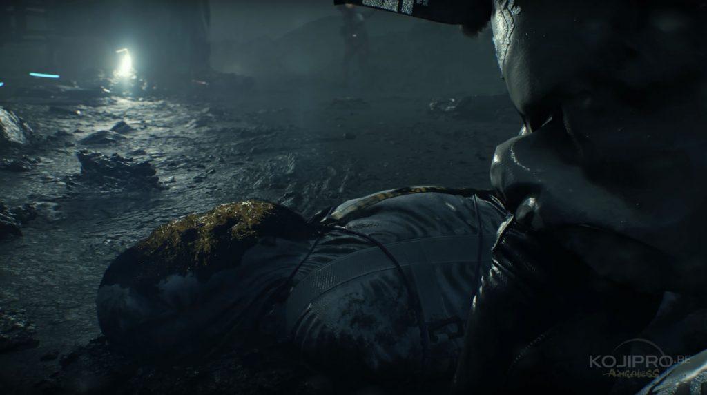 Le corps est enveloppé dans une housse mortuaire aux couleurs de l'organisation « Bridges ».