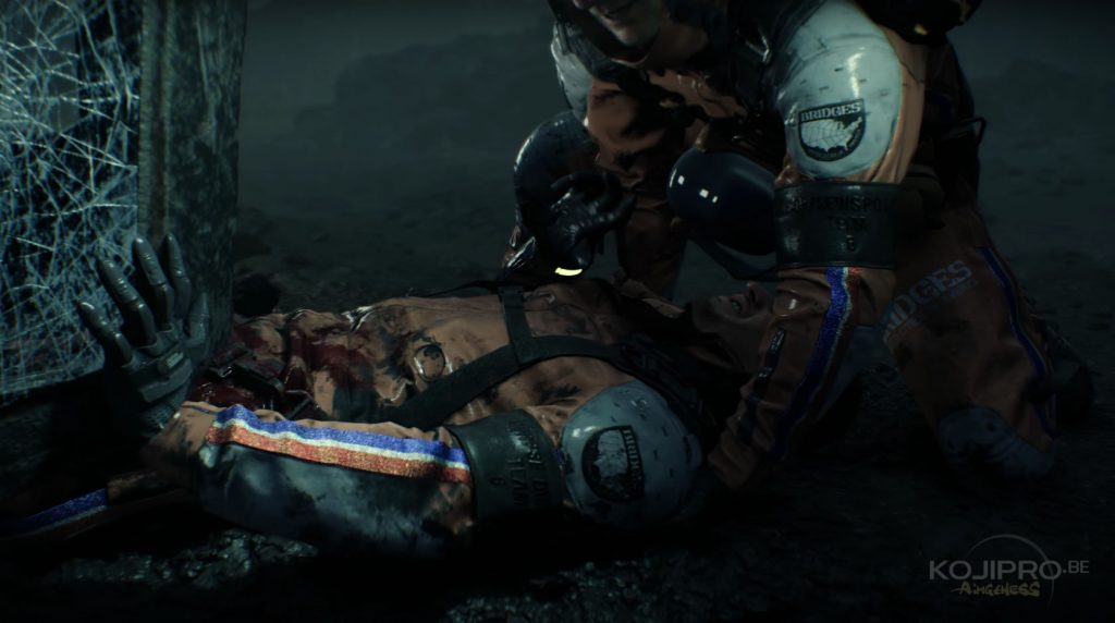Le blessé porte un uniforme orange de l'organisation « Bridges ».