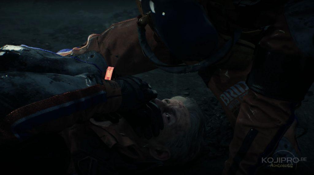 Le bracelet du blessé émet une lueur rouge, après avoir vieilli.