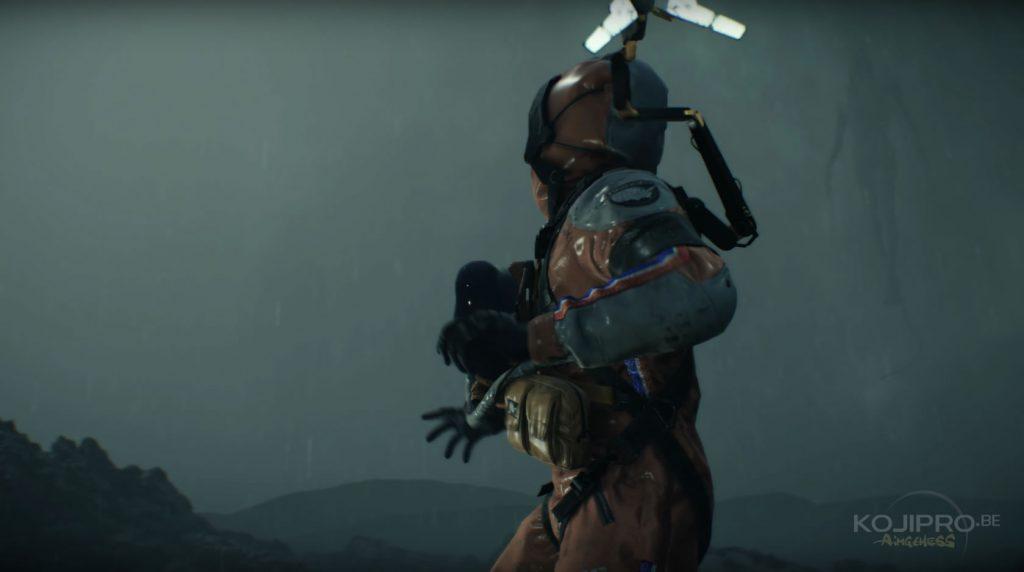 La deuxième silhouette volante apparaît derrière le « troisième homme ».