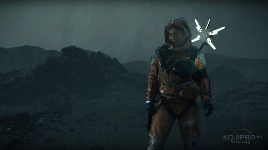 La quatrième silhouette volante apparaît derrière le « troisième homme ». Elle a les bras croisés.