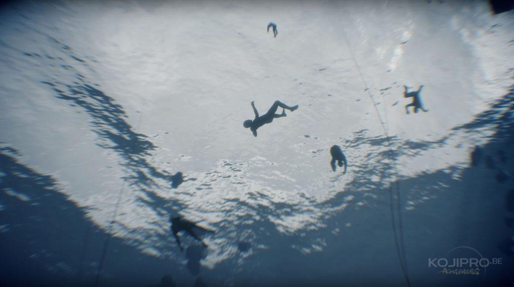 Des corps humains remontent vers la surface.