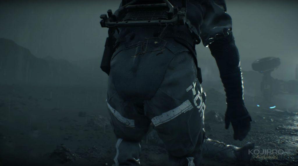 Un attrape-rêves est accroché à l'armature que Sam porte sur son dos.