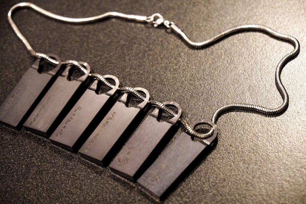 Le collier de Death Stranding porté par Norman Reedus aux Game Awards, le 7 décembre 2017