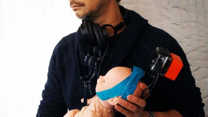 Hideo Kojima et la poupée du bébé sur le tournage de Death Stranding, le 21 février 2018