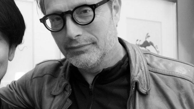 Mads Mikkelsen portant les lunettes de Hideo Kojima, le 13 avril 2018