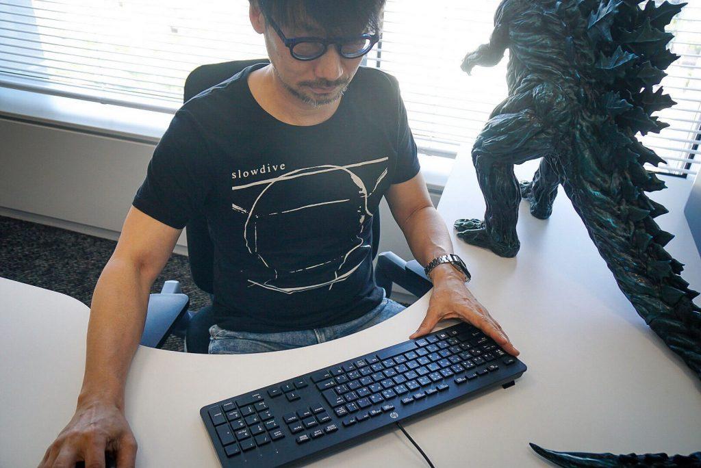 Hideo Kojima travaillant sur le montage du nouveau trailer de Death Stranding, le 14 mai 2018