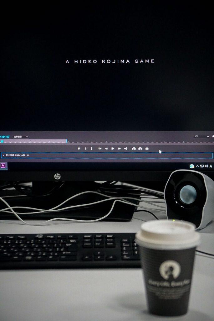 Hideo Kojima travaillant sur le montage du nouveau trailer de Death Stranding, le 16 mai 2018
